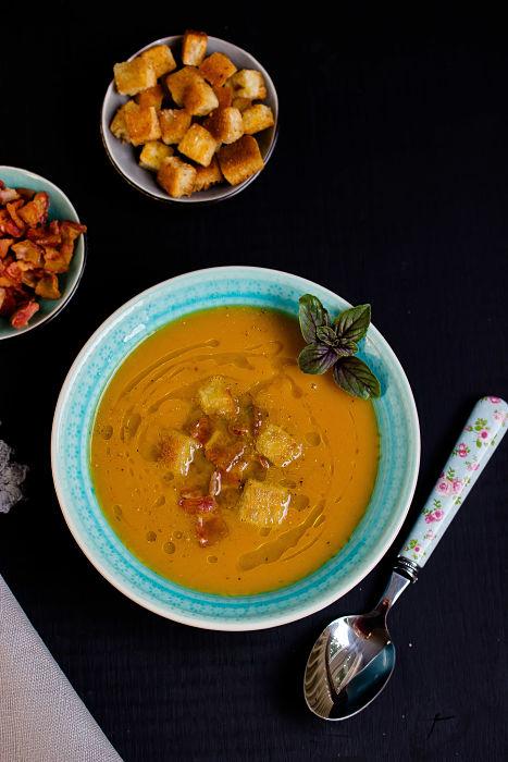 Süßkartoffel-Suppe mit Bacon Chips und Croutons 2