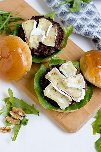 Herbstlicher Burger mit Brie, pochierten Birnen und Feigen Konfitüre 8