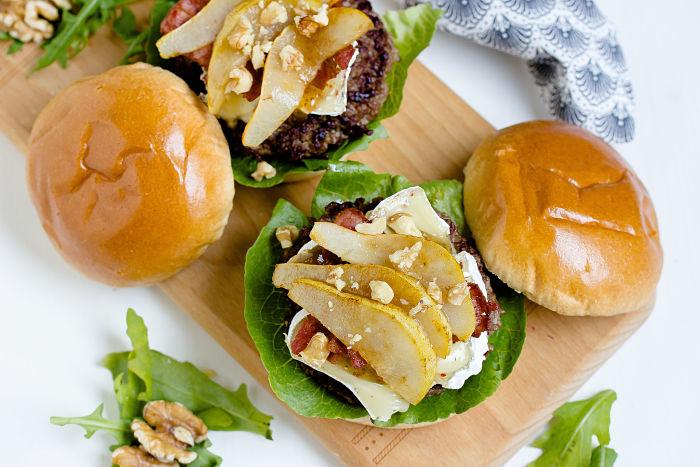 Herbstlicher Burger mit Brie, pochierten Birnen und Feigen Konfitüre 12