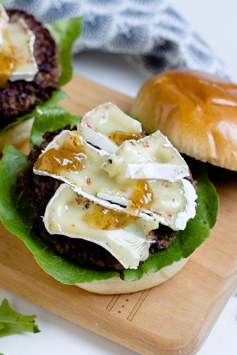 Herbstlicher Burger mit Brie, pochierten Birnen und Feigen Konfitüre 11
