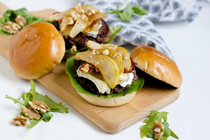 Herbstlicher Burger mit Brie, pochierten Birnen und Feigen Konfitüre 1