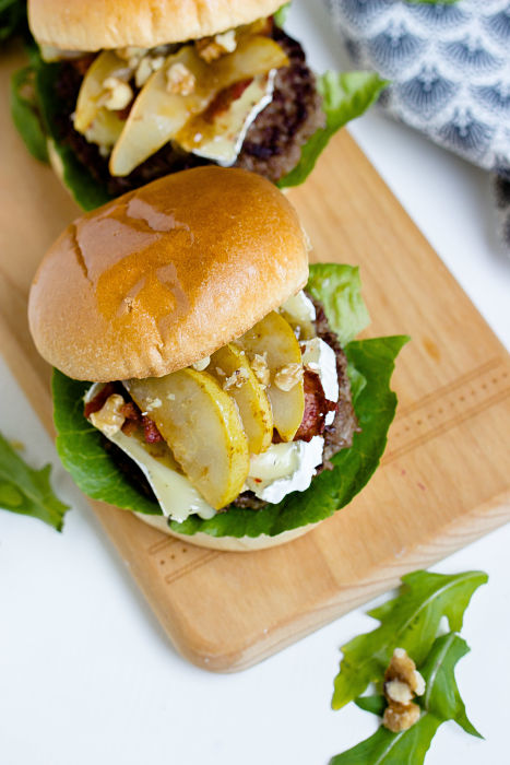 Herbstlicher Burger mit Brie, pochierten Birnen und Feigen Konfitüre 5