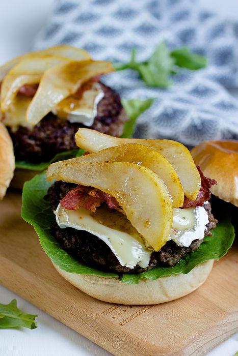 Herbstlicher Burger mit Brie, pochierten Birnen und Feigen Konfitüre 10