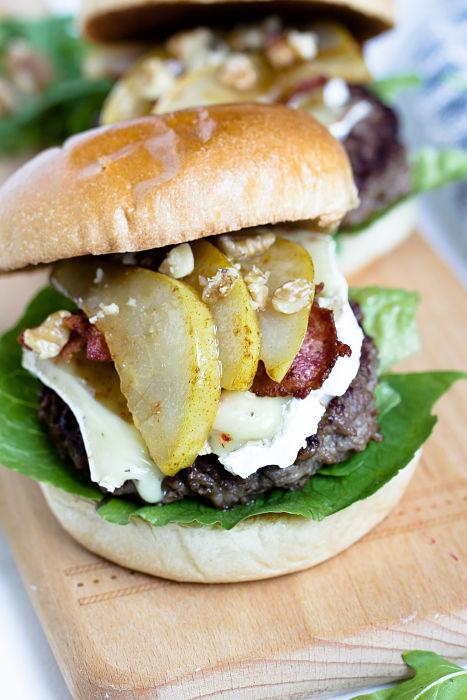 Herbstlicher Burger mit Brie, pochierten Birnen und Feigen Konfitüre 13