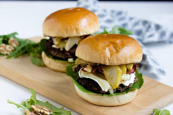 Herbstlicher Burger mit Brie, pochierten Birnen und Feigen Konfitüre 7