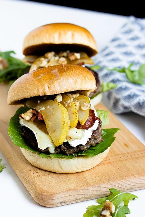 Herbstlicher Burger mit Brie, pochierten Birnen und Feigen Konfitüre 2