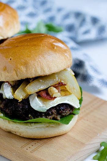 Herbstlicher Burger mit Brie, pochierten Birnen und Feigen Konfitüre 9