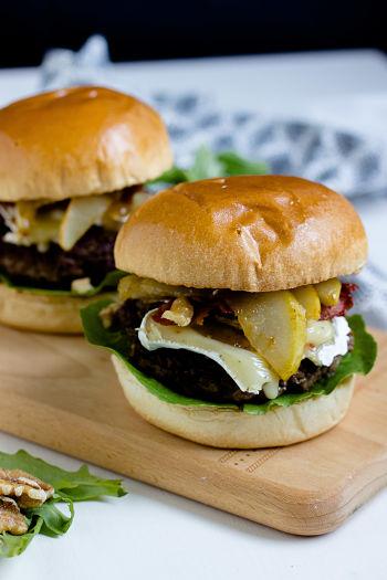 Herbstlicher Burger mit Brie, pochierten Birnen und Feigen Konfitüre 4