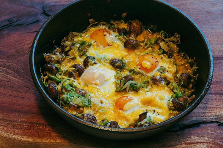 Gebackene Eier mit Rosenkohl, Pilzen und Cheddar Käse - Adventskalendertürchen 5 5