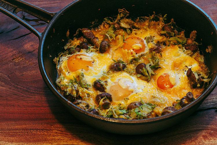 Gebackene Eier mit Rosenkohl, Pilzen und Cheddar Käse - Adventskalendertürchen 5 6