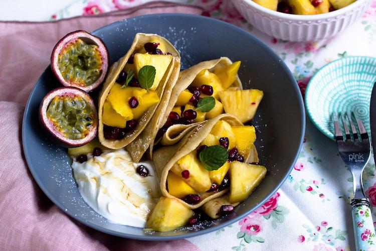 Zimtpfannkuchen mit tropischem Obstsalat und griechischem Joghurt 8