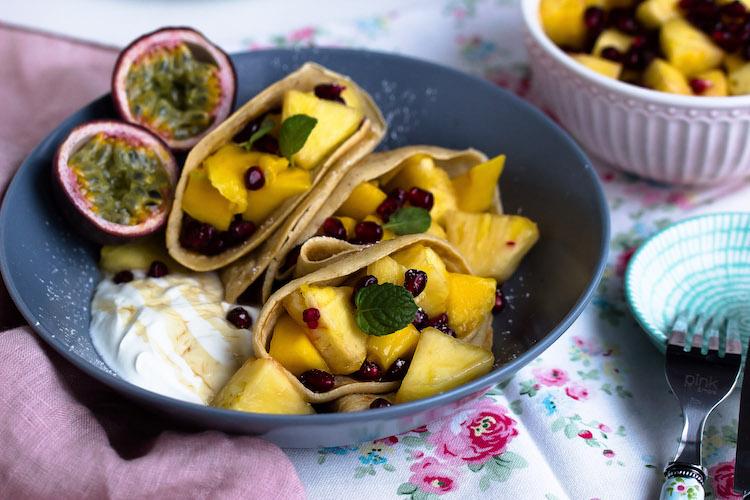 Zimtpfannkuchen mit tropischem Obstsalat und griechischem Joghurt 3