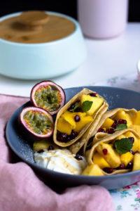 Zimtpfannkuchen mit tropischem Obstsalat und griechischem Joghurt- Frühstücksglück