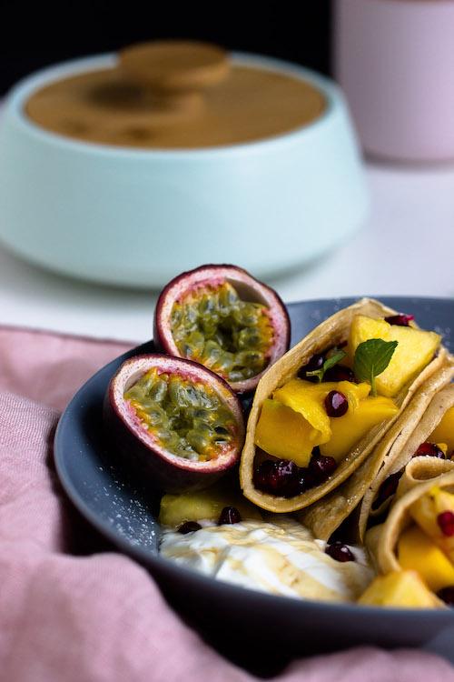 Zimtpfannkuchen mit tropischem Obstsalat und griechischem Joghurt 7