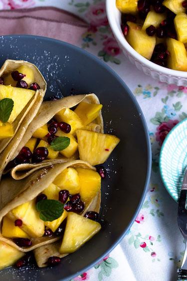 Zimtpfannkuchen mit tropischem Obstsalat und griechischem Joghurt 4