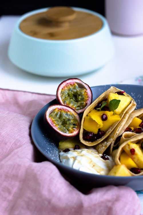 Zimtpfannkuchen mit tropischem Obstsalat und griechischem Joghurt 1