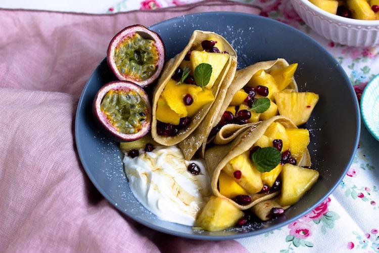 Zimtpfannkuchen mit tropischem Obstsalat und griechischem Joghurt 2