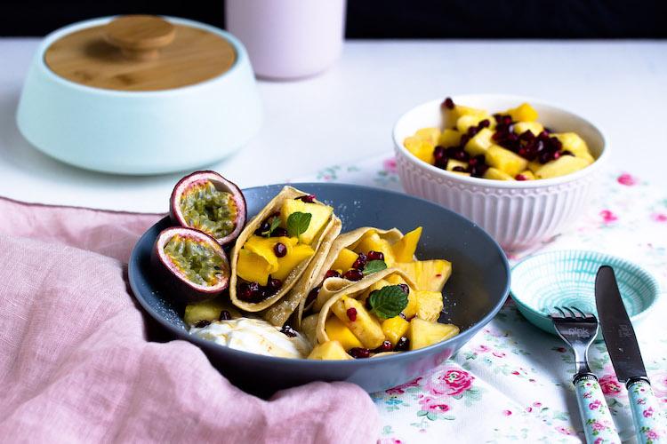 Zimtpfannkuchen mit tropischem Obstsalat und griechischem Joghurt 6