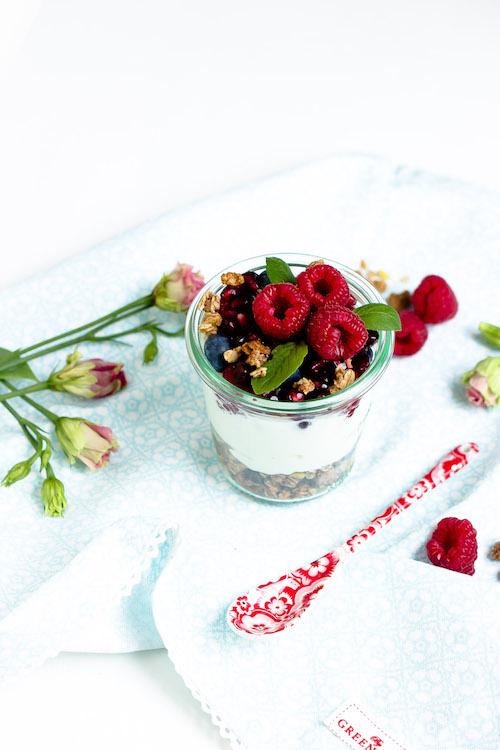 Vanille-Kokos-Granola mit griechischem Joghurt und Früchten - Mein Frühstücksglück 21