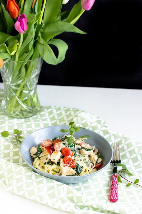 Spaghetti mit Pute,Spinat und Tomaten in einer Basilikumsauce - Pastaliebe im März 18