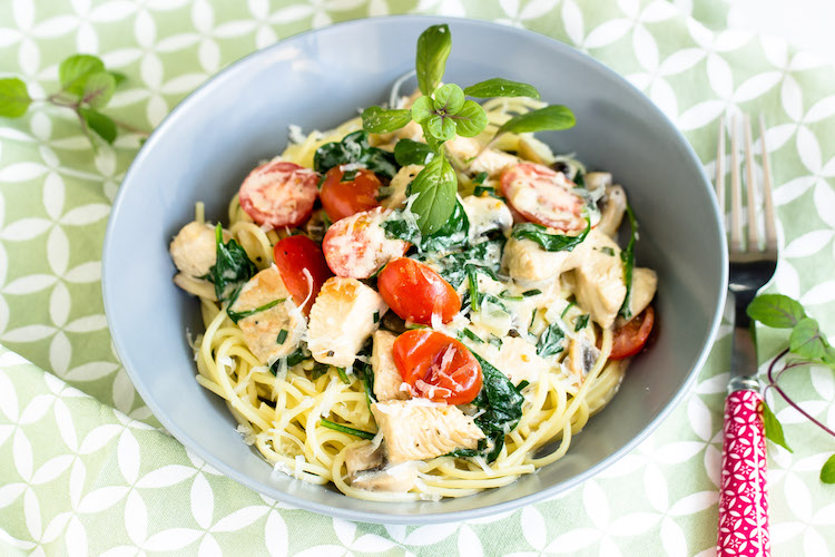 Spaghetti mit Pute,Spinat und Tomaten in einer Basilikumsauce - Pastaliebe im März 17