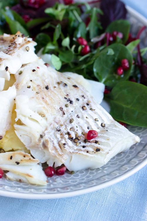Skrei mit Kartoffelpüree und feinem Salat 24