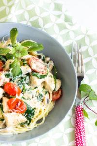 Spaghetti mit Pute,Spinat und Tomaten in einer Basilikumsauce – Pastaliebe im März