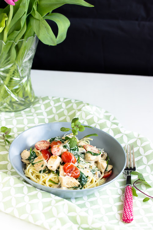 Spaghetti mit Pute,Spinat und Tomaten in einer Basilikumsauce - Pastaliebe im März 22