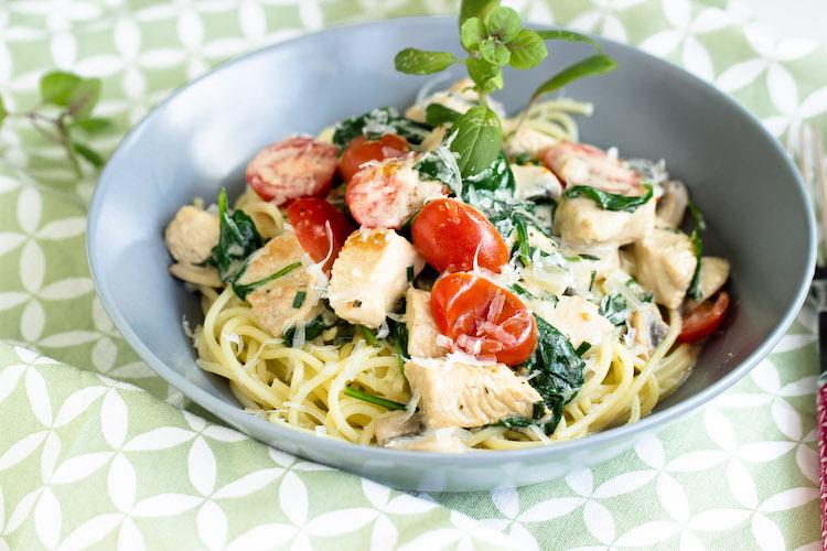 Spaghetti mit Pute,Spinat und Tomaten in einer Basilikumsauce - Pastaliebe im März 21