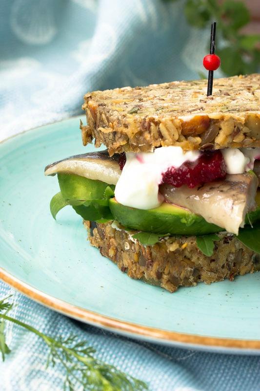 Schnelles Fingerfood im Sommer. Brot mit Matjes,Avocado und Rote Beete.