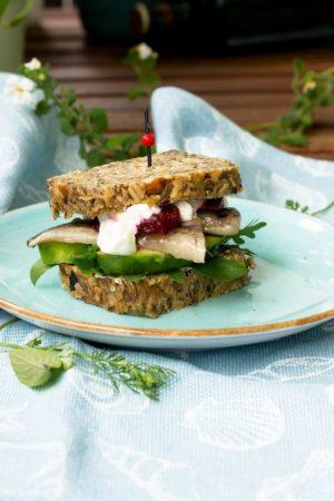 Schnelles Fingerfood im Sommer. Brot mit Matjes,Avocado und Rote Bete.