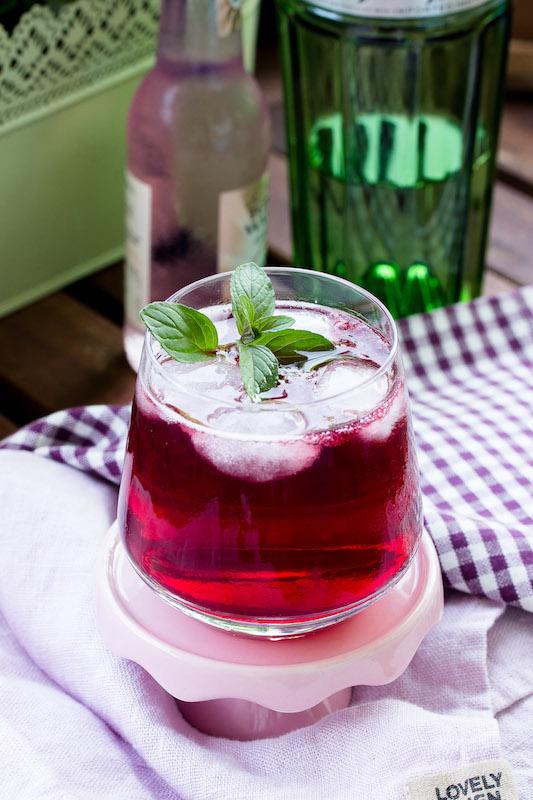 Gin Tonic mit Brombeeren