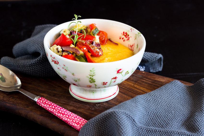 Cremige Polenta mit Ofengemüse