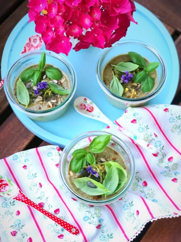 Kalte Sommersuppe mit Zucchini und Basilikum 1