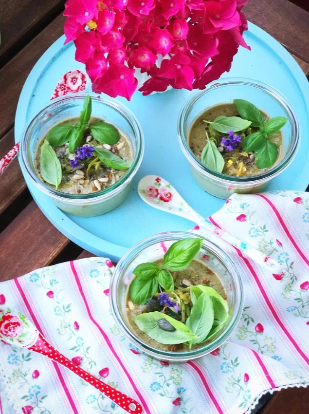 Kalte Sommersuppe mit Zucchini und Basilikum 2