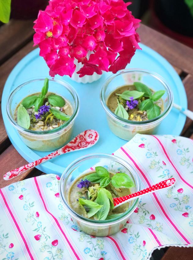 Kalte Sommersuppe mit Zucchini und Basilikum