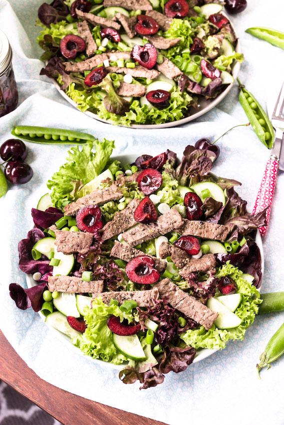 Salat mit Steakstreifen und Kirsch-Balsamico Vinaigrette
