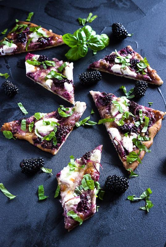 Pizza mit Brombeeren, Ricotta, Balsamicozwiebeln und Basilikum 3