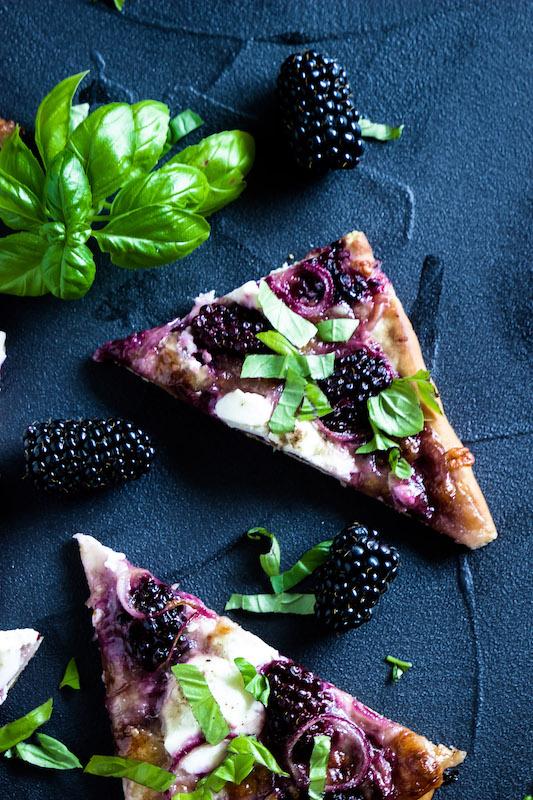 Pizza mit Brombeeren, Ricotta und Basilikum