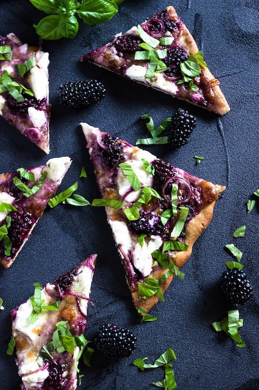 Pizza mit Brombeeren, Ricotta, Balsamicozwiebeln und Basilikum 1
