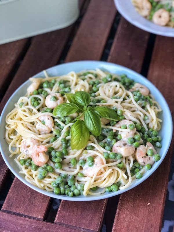 Frühlingsfrische Pasta mit Erbsen und Garnelen in Frischkäsesauce - Sasibella