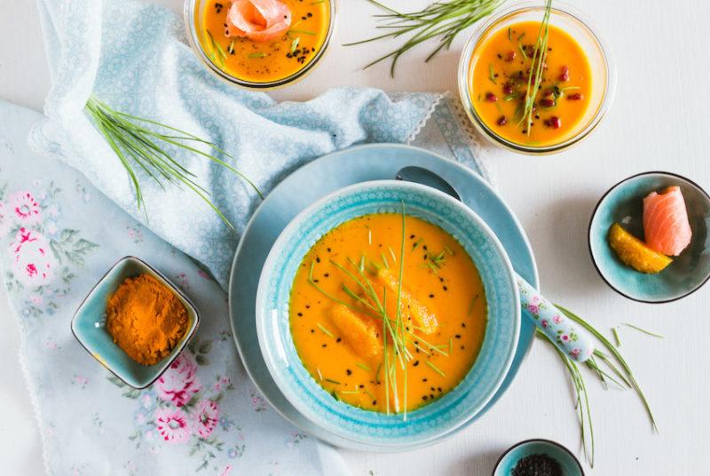 Möhren Suppe auf blauem Teller